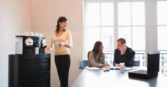 Tener una nespresso en la empresa propicia una imagen for Maquinas expendedoras de cafe para oficinas